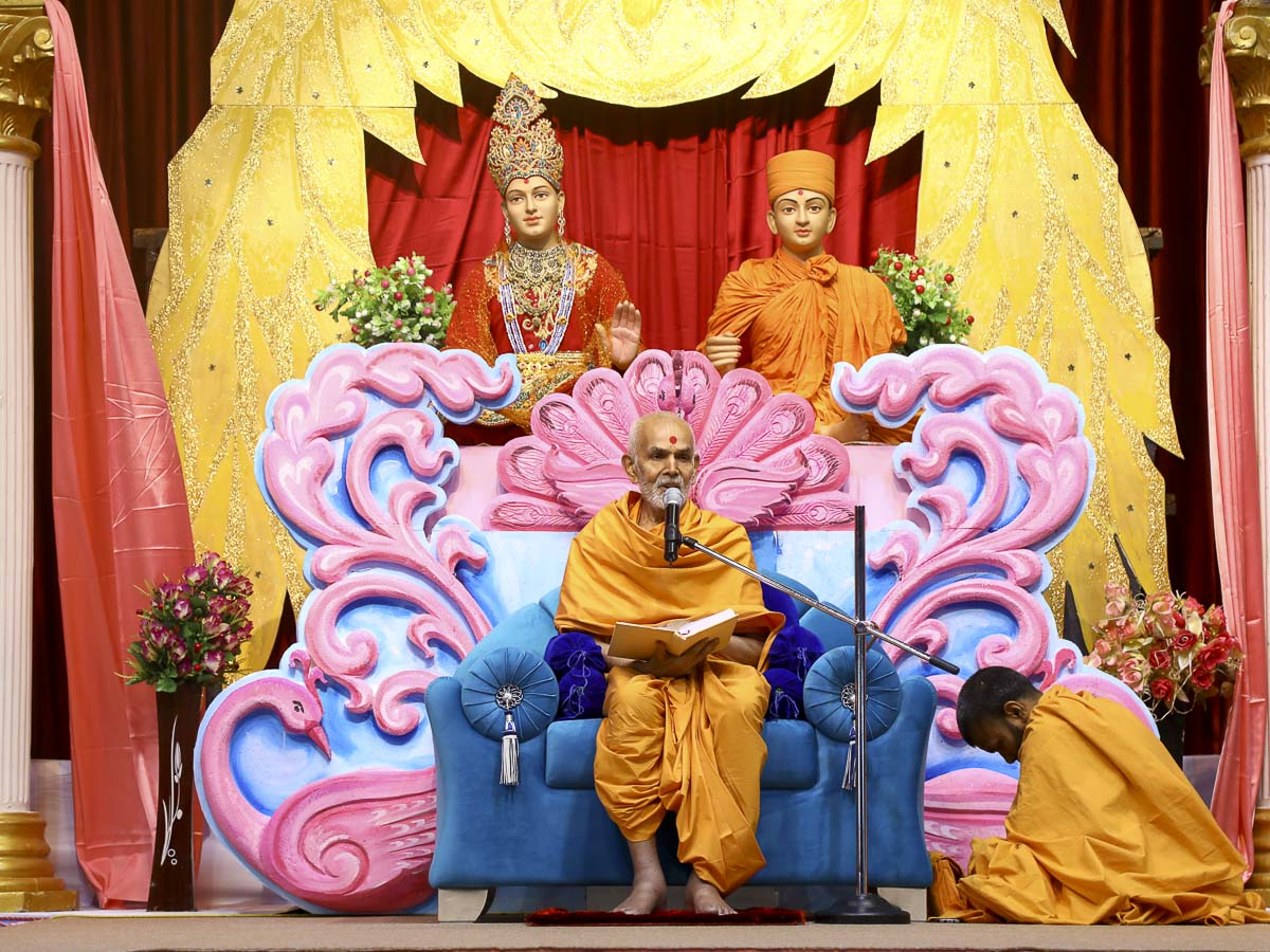 Param Pujya Mahant Swami blesses the evening satsang assembly, 9 Nov 2016