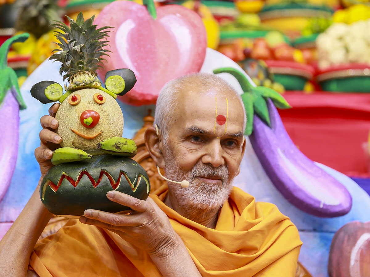 Param Pujya Mahant Swami sanctifies various fruits and vegetables offered in Thakorji's 'Haatdi' on Prabodhini Ekadashi, 11 Nov 2016