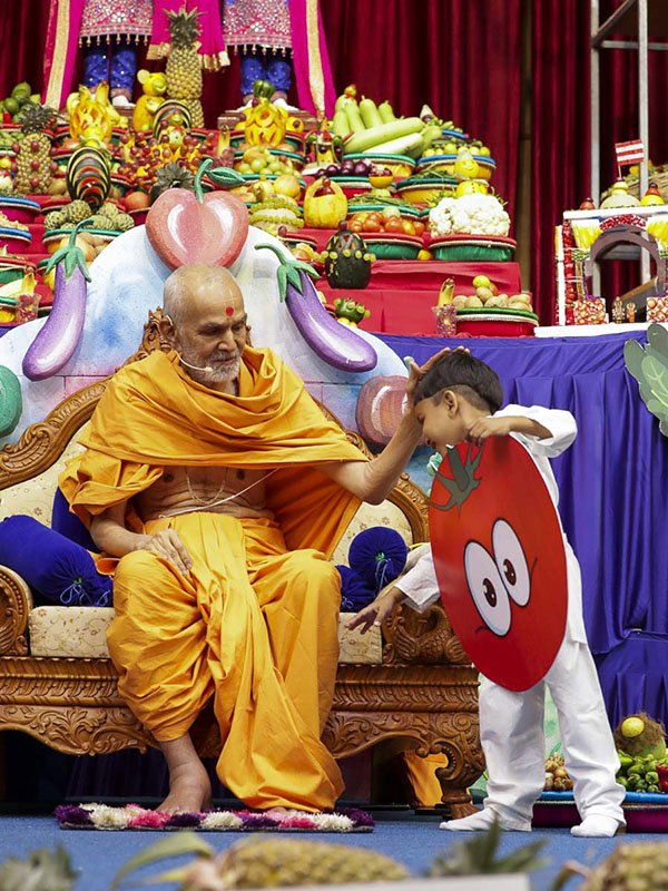 Param Pujya Mahant Swami blesses a child, 11 Nov 2016