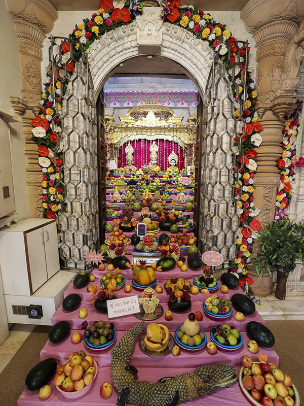 'Haatdi' - annakut of fruits - arranged before Thakorji, 11 Nov 2016