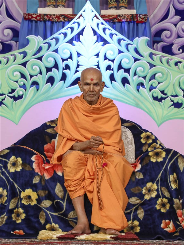 Param Pujya Mahant Swami during the welcome assembly, 19 Nov 2016