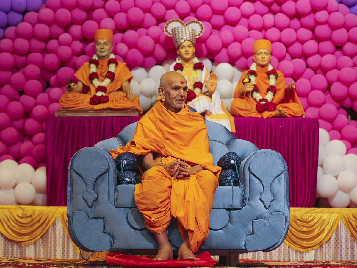 Param Pujya Mahant Swami during the welcome assembly, 22 Nov 2016
