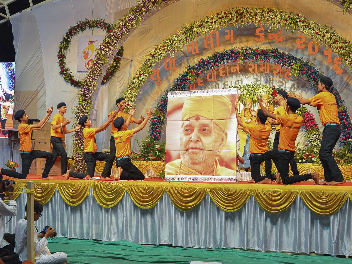 Youths of Yuva Talim Kendra perform a cultural dance in the evening satsang assembly, 25 Nov 2016
