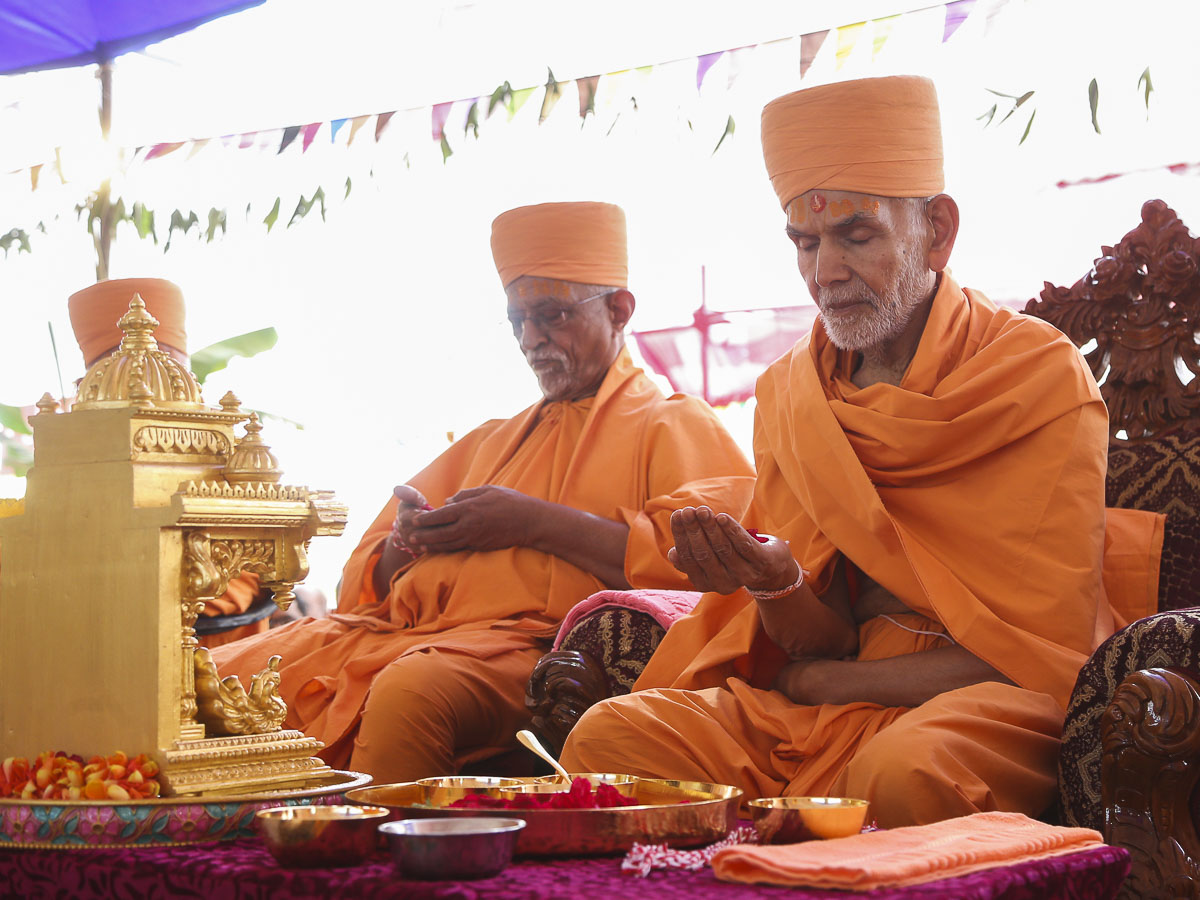 Param Pujya Mahant Swami and Pujya Doctor Swami perform yagna rituals
