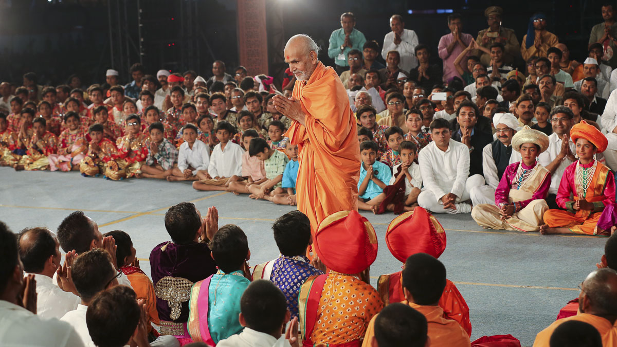 Param Pujya Mahant Swami Maharaj blesses participants of cultural program<br><a href='/News/2016/Pramukh-Swami-Maharajs-96th-Birth-Anniversary-and-20th-Anniversary-of-BAPS-Mandir-10792.aspx' target='blank'style='text-decoration:underline; color:blue;'>More details</a>
