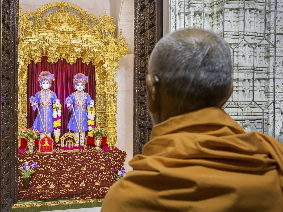 Param Pujya Mahant Swami Maharaj engrossed in darshan of Thakorji, 29 Dec 2016