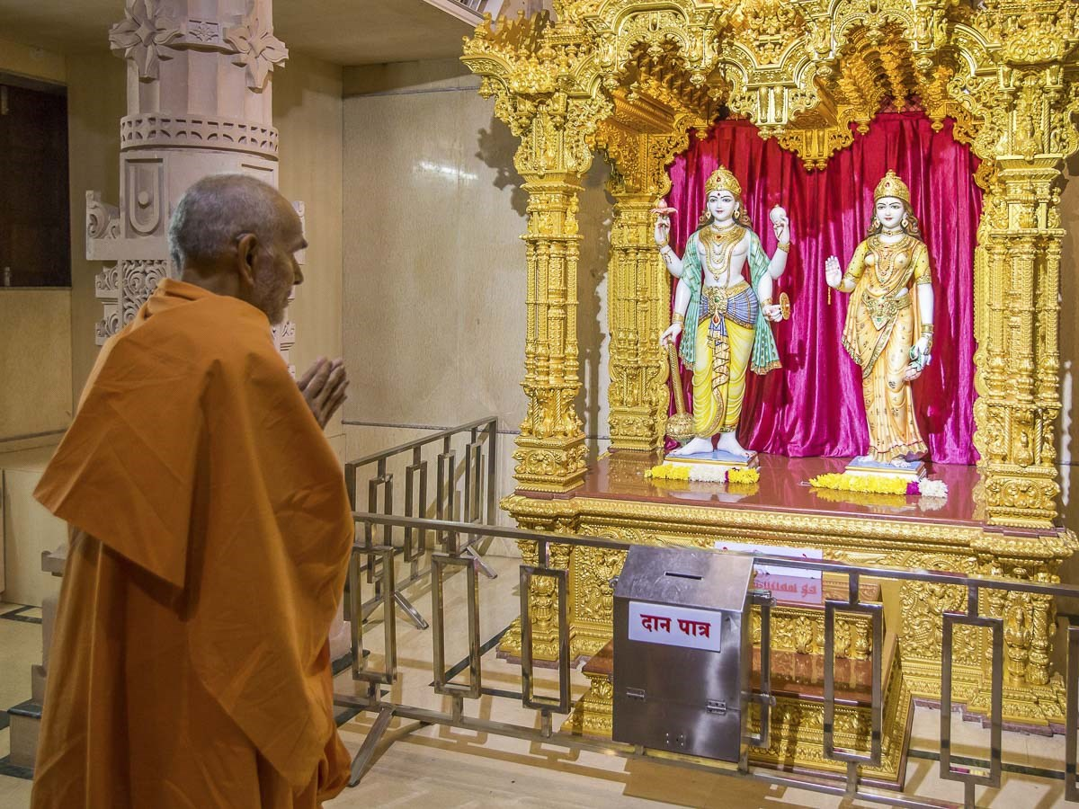 Param Pujya Mahant Swami Maharaj engrossed in darshan, 29 Dec 2016