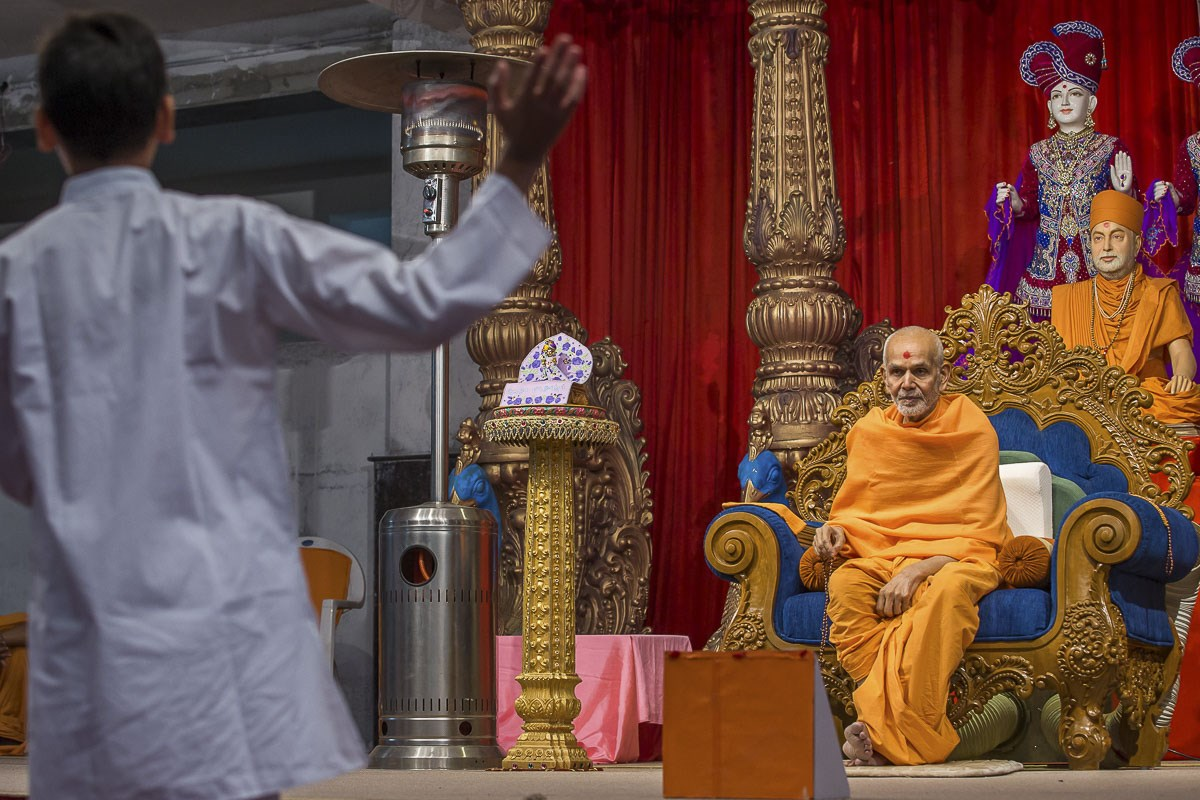 Param Pujya Mahant Swami Maharaj during the evening satsang assembly, 30 Dec 2016