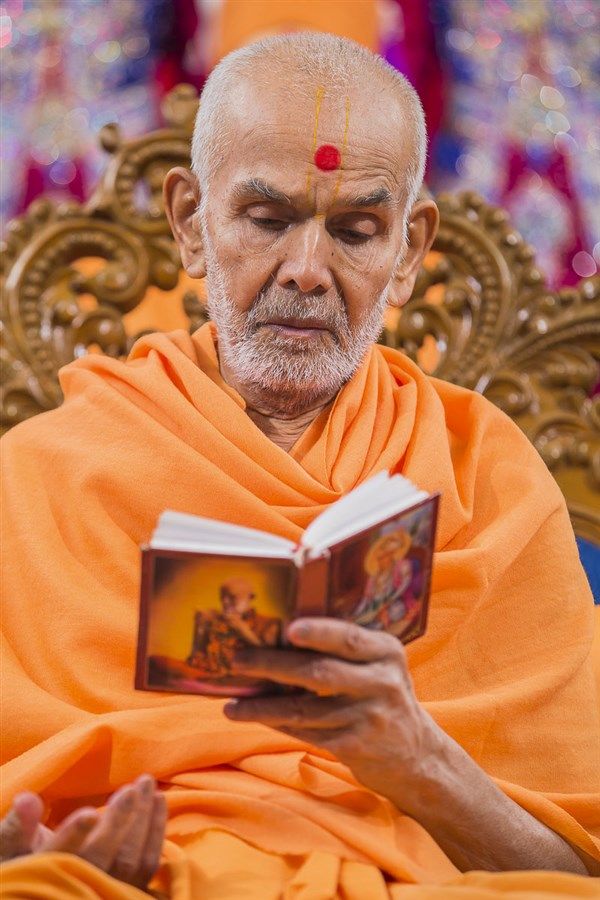 Param Pujya Mahant Swami Maharaj performs his morning puja, 31 Dec 2016