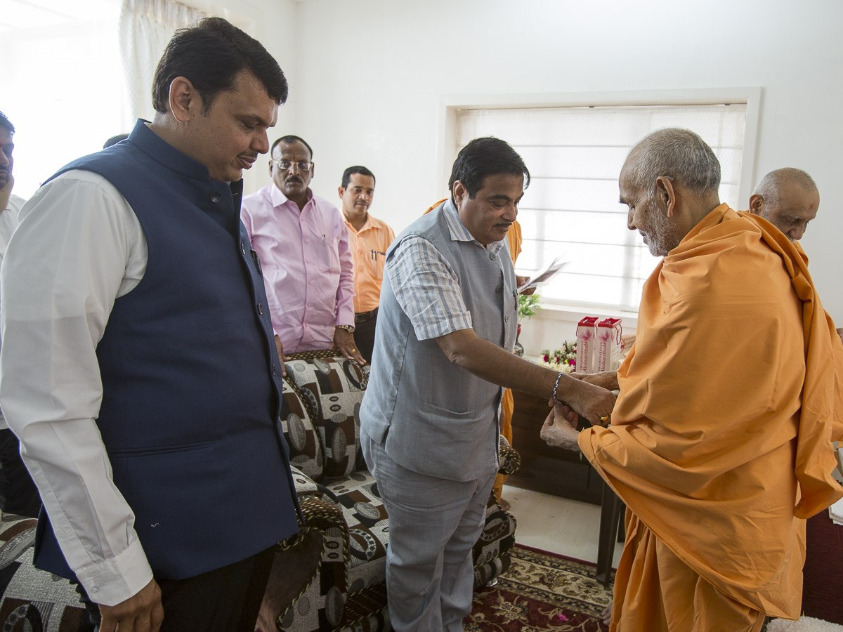 Param Pujya Mahant Swami Maharaj ties nadachhadi to Shri Nitin Gadkari (Minister of Road Transport and Highways of India), 1 Jan 2017