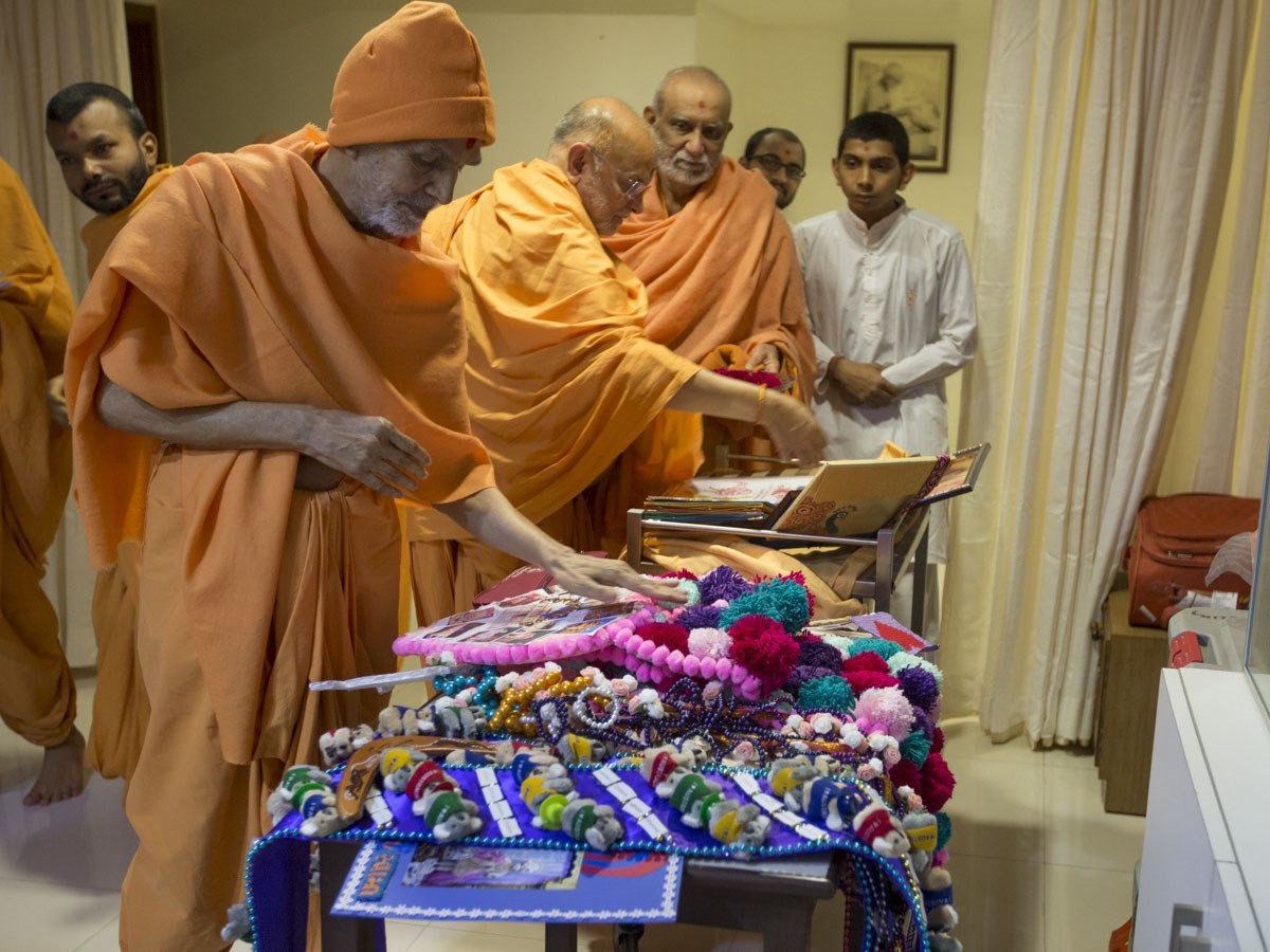 Param Pujya Mahant Swami Maharaj sanctifies chhadis and garlands, 5 Jan 2017