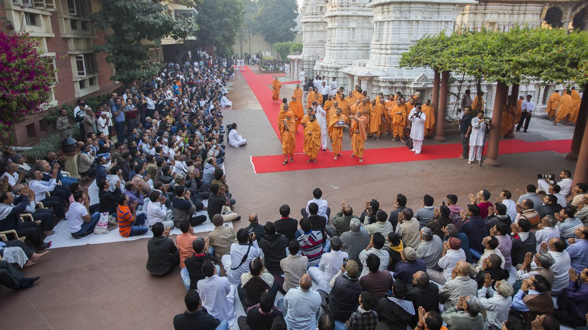 Devotees doing darshan of Param Pujya Mahant Swami Maharaj, 6 Jan 2017