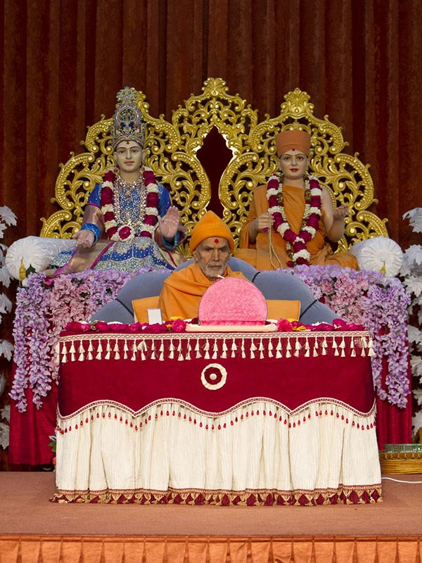 Param Pujya Mahant Swami Maharaj performs his morning puja, 7 Jan 2017