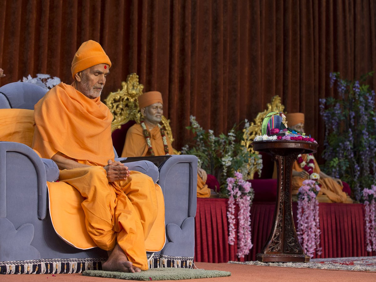 Param Pujya Mahant Swami Maharaj offers prayers during the morning satsang assembly, 7 Jan 2017