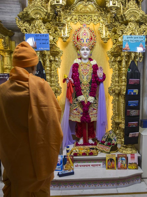 Param Pujya Mahant Swami Maharaj engrossed in darshan of Thakorji, 7 Jan 2017
