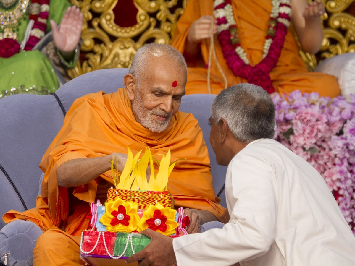 Param Pujya Mahant Swami Maharaj sanctifies the prayers written by the yuvatis of 'Yuvati Talim Kendra' in Randesan, 8 Jan 2017