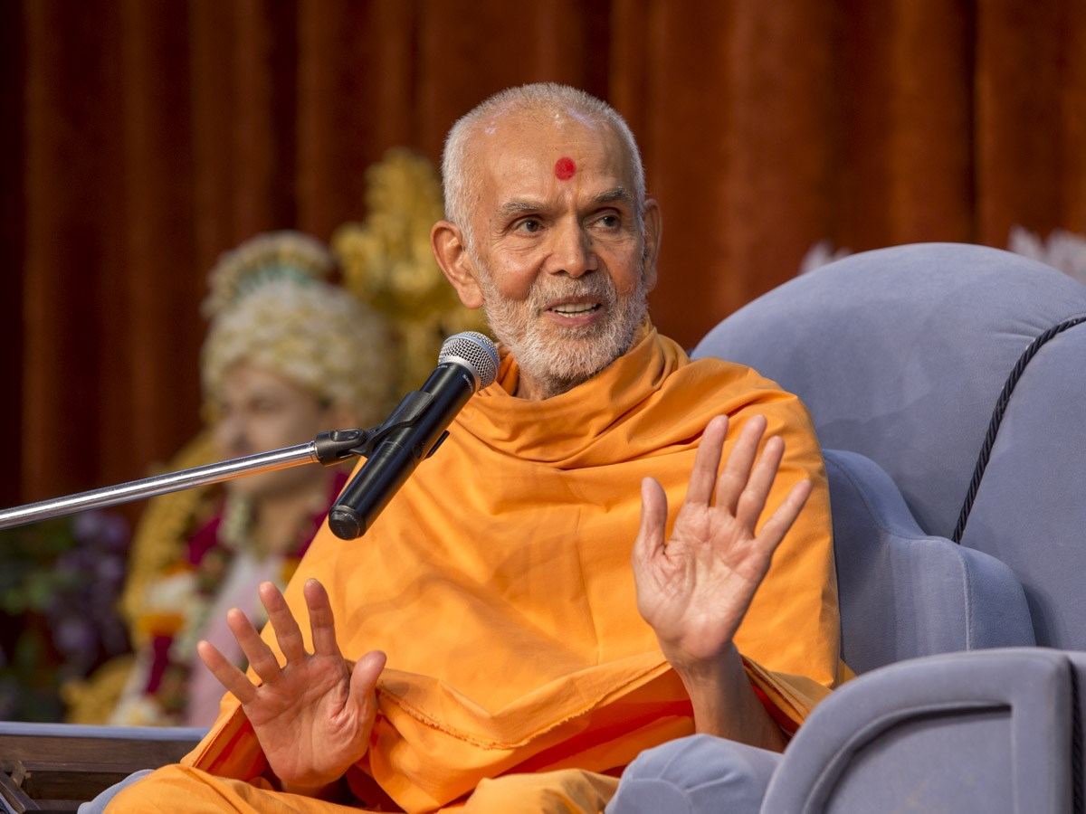 Param Pujya Mahant Swami Maharaj blesses the evening assembly, 8 Jan 2017