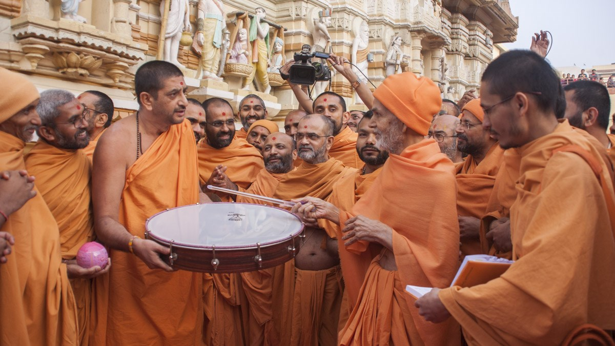 Param Pujya Mahant Swami Maharaj sanctifies a drum, 9 Jan 2017