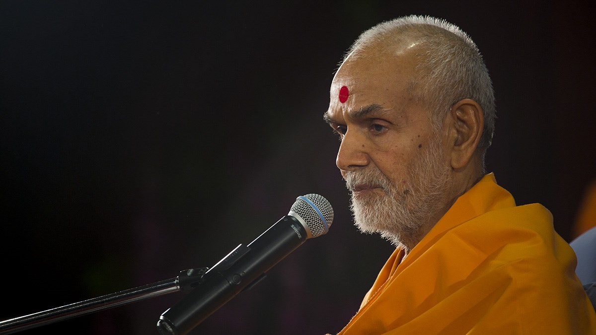 Param Pujya Mahant Swami Maharaj blesses the evening satsang assembly, 10 Jan 2017