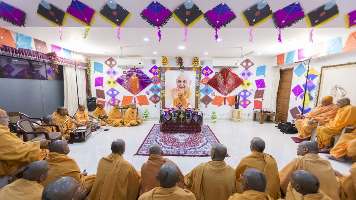 HH Mahant Swami Maharaj performs his morning puja