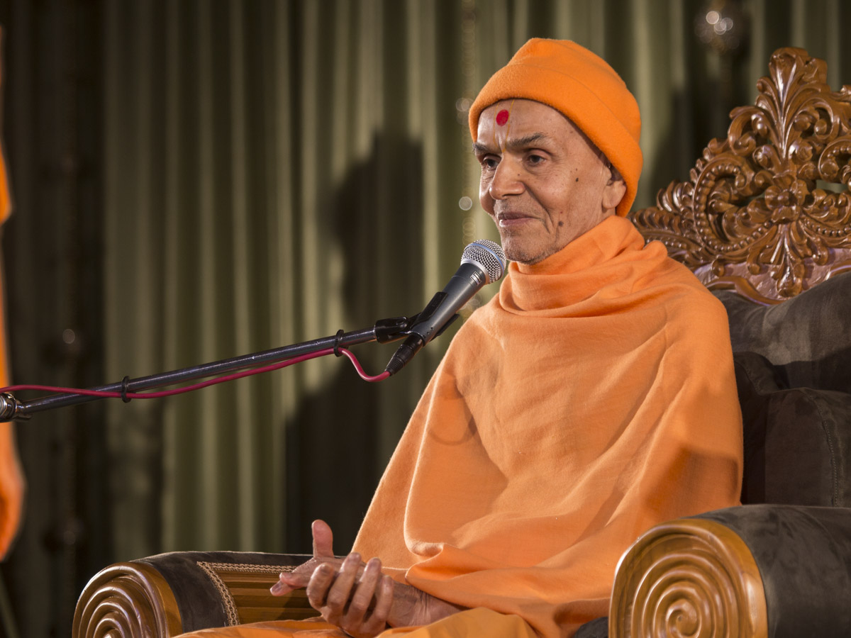 Param Pujya Mahant Swami Maharaj blesses the assembly