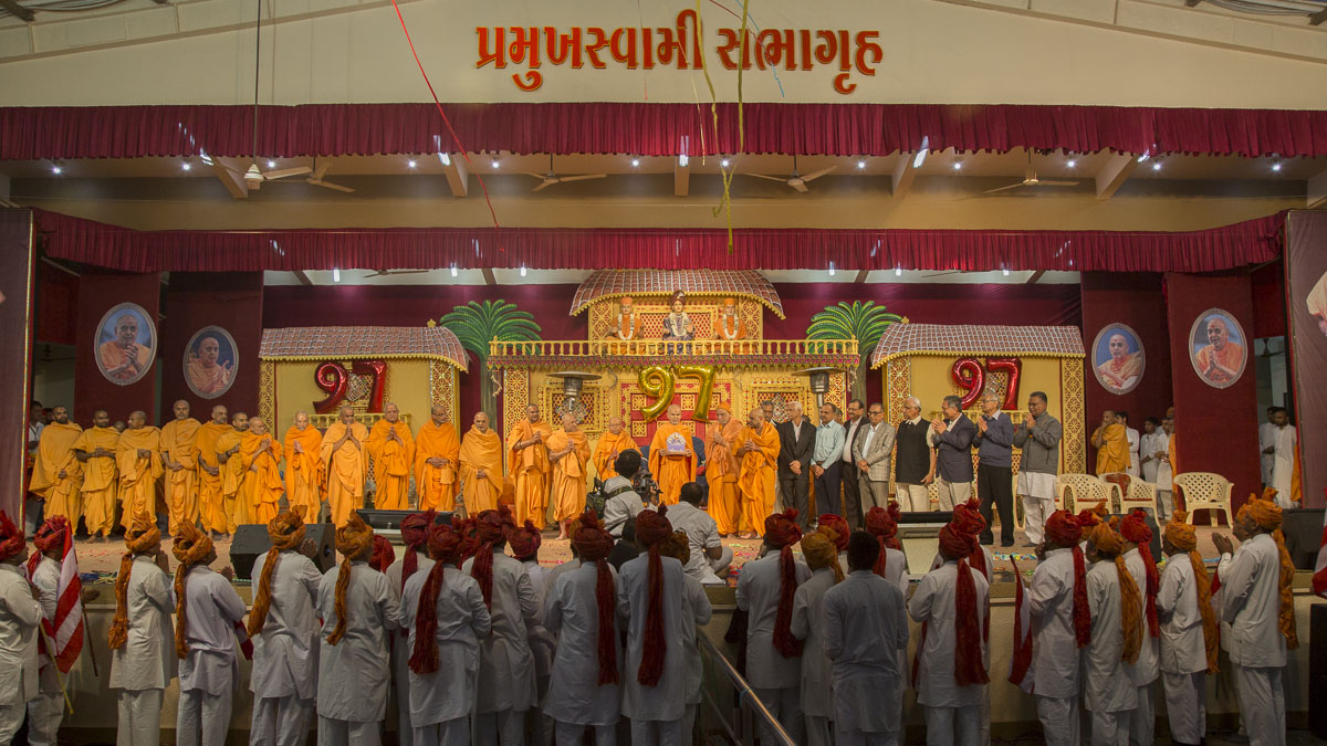 Sadhus and guests with Param Pujya Mahant Swami Maharaj on stage after the assembly, 19 Jan 2017