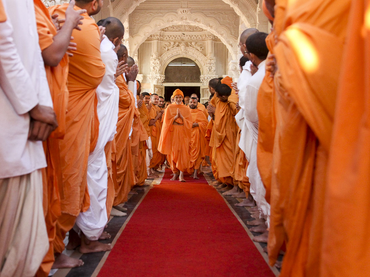 Sadhus and parshads doing darshan of Param Pujya Mahant Swami Maharaj, 27 Jan 2017