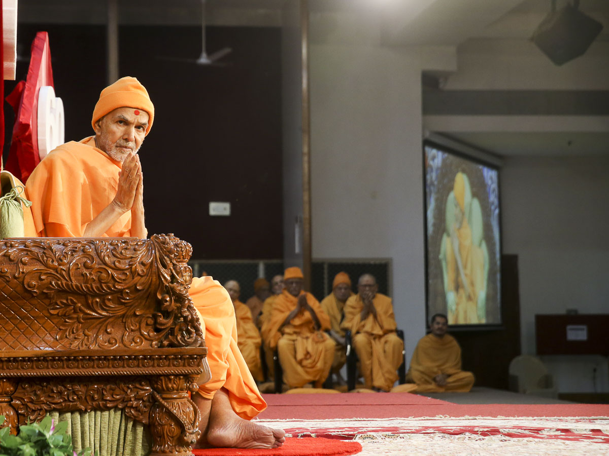 Param Pujya Mahant Swami Maharaj greets all with 'Jai Swaminarayan', 28 Jan 2017