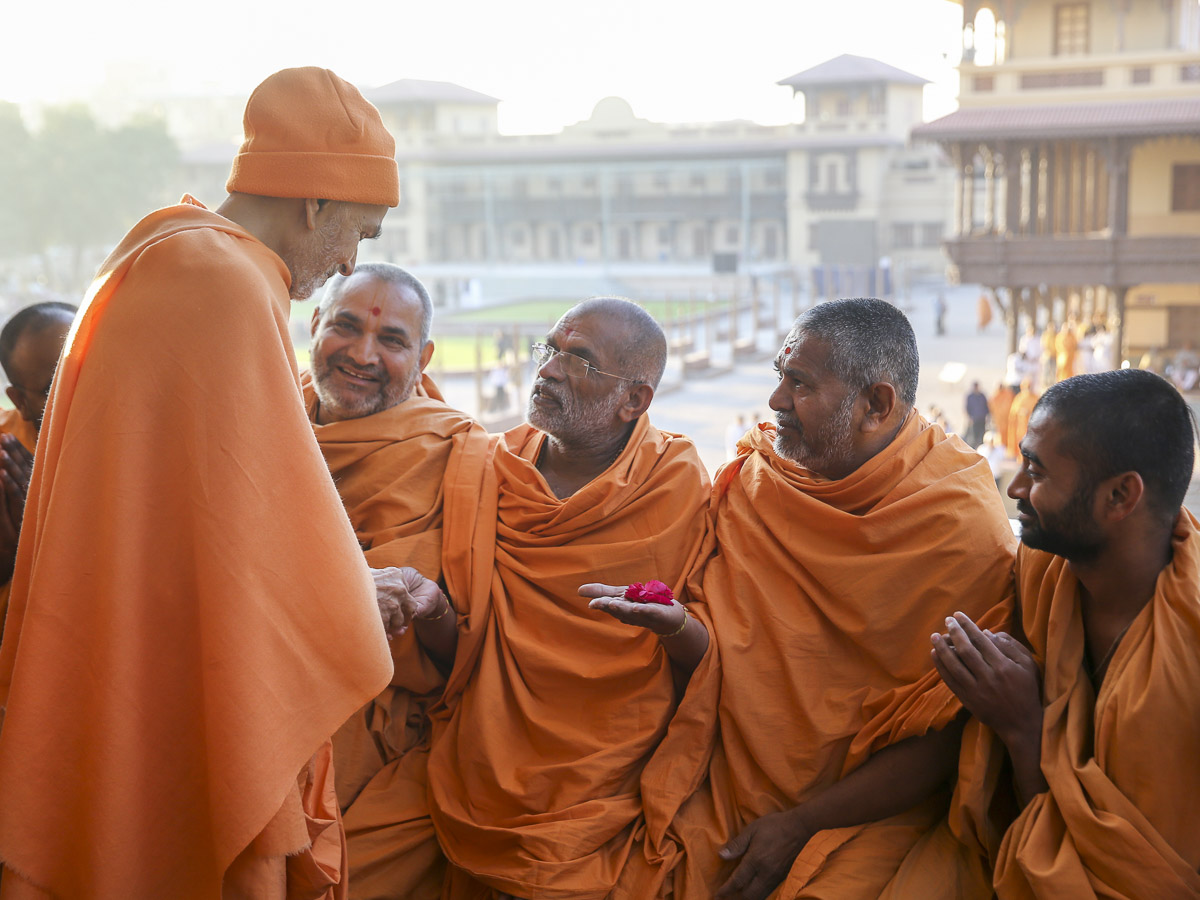 Param Pujya Mahant Swami Maharaj converses with sadhus in the mandir pradakshina, 28 Jan 2017