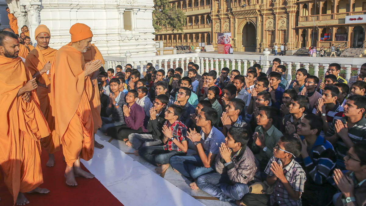 Students doing darshan of Param Pujya Mahant Swami Maharaj, 28 Jan 2017