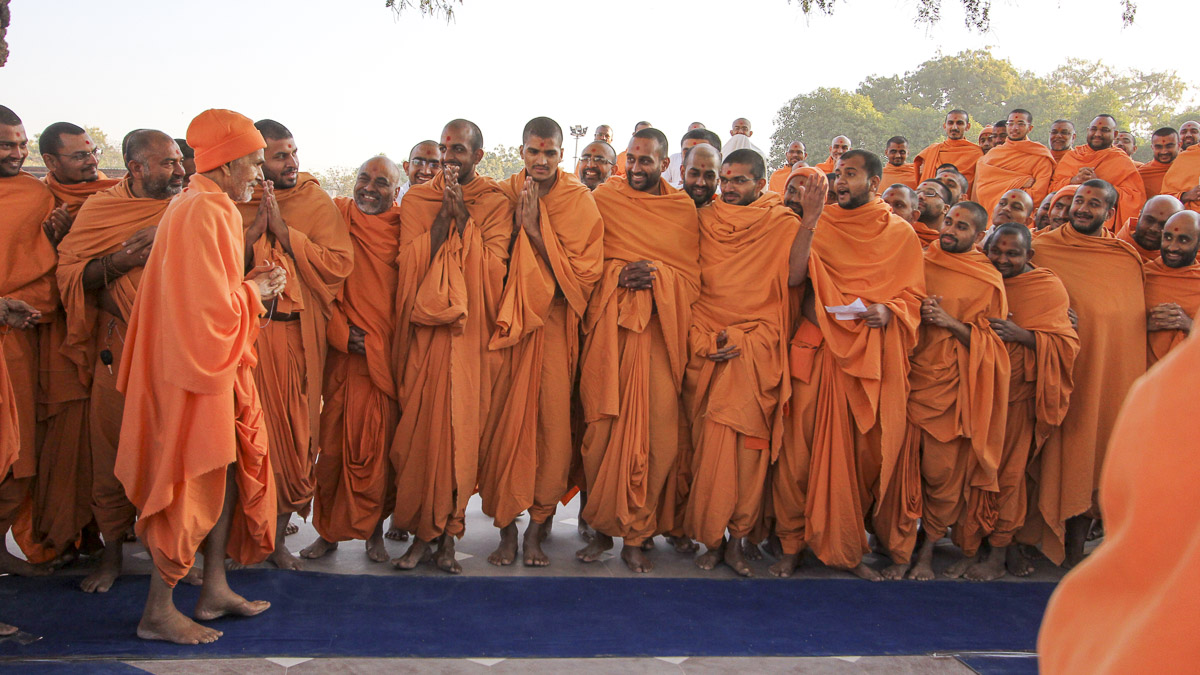 Sadhus doing darshan of Param Pujya Mahant Swami Maharaj, 28 Jan 2017