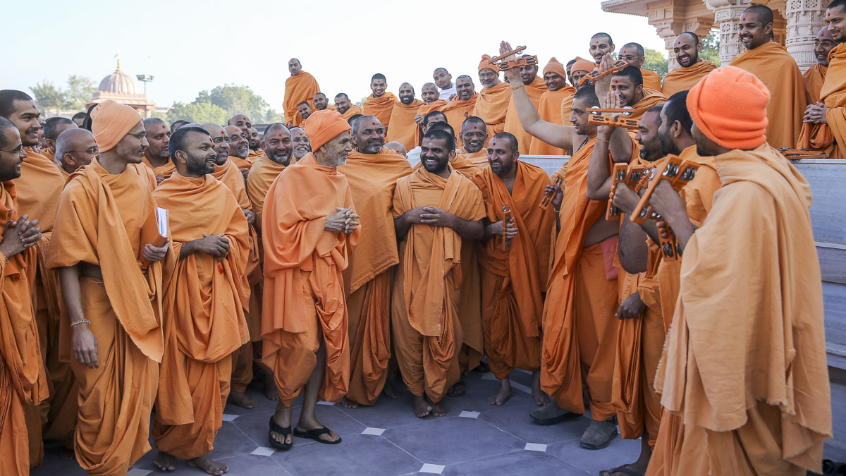 Param Pujya Mahant Swami Maharaj in a divine, jovial mood with sadhus, 28 Jan 2017