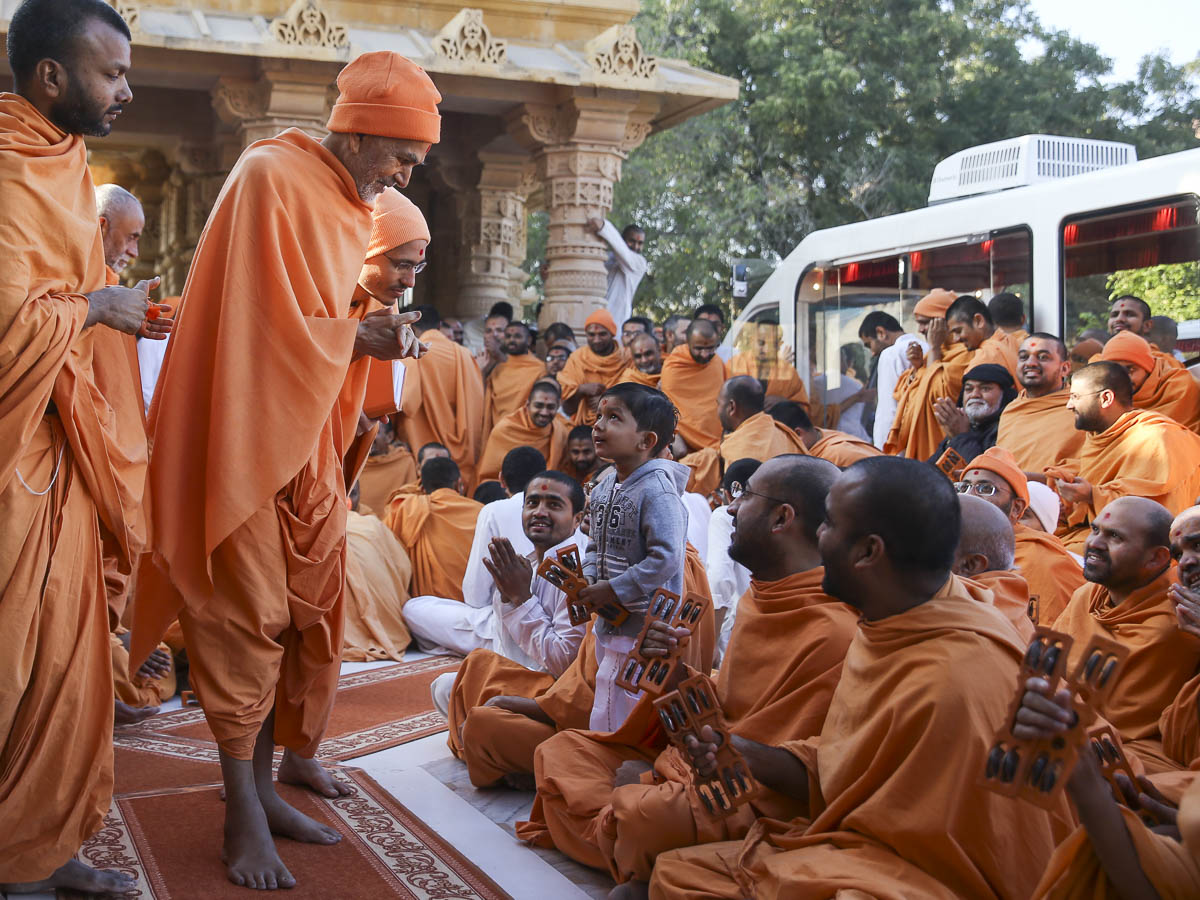 Param Pujya Mahant Swami Maharaj interacts with a child, 28 Jan 2017