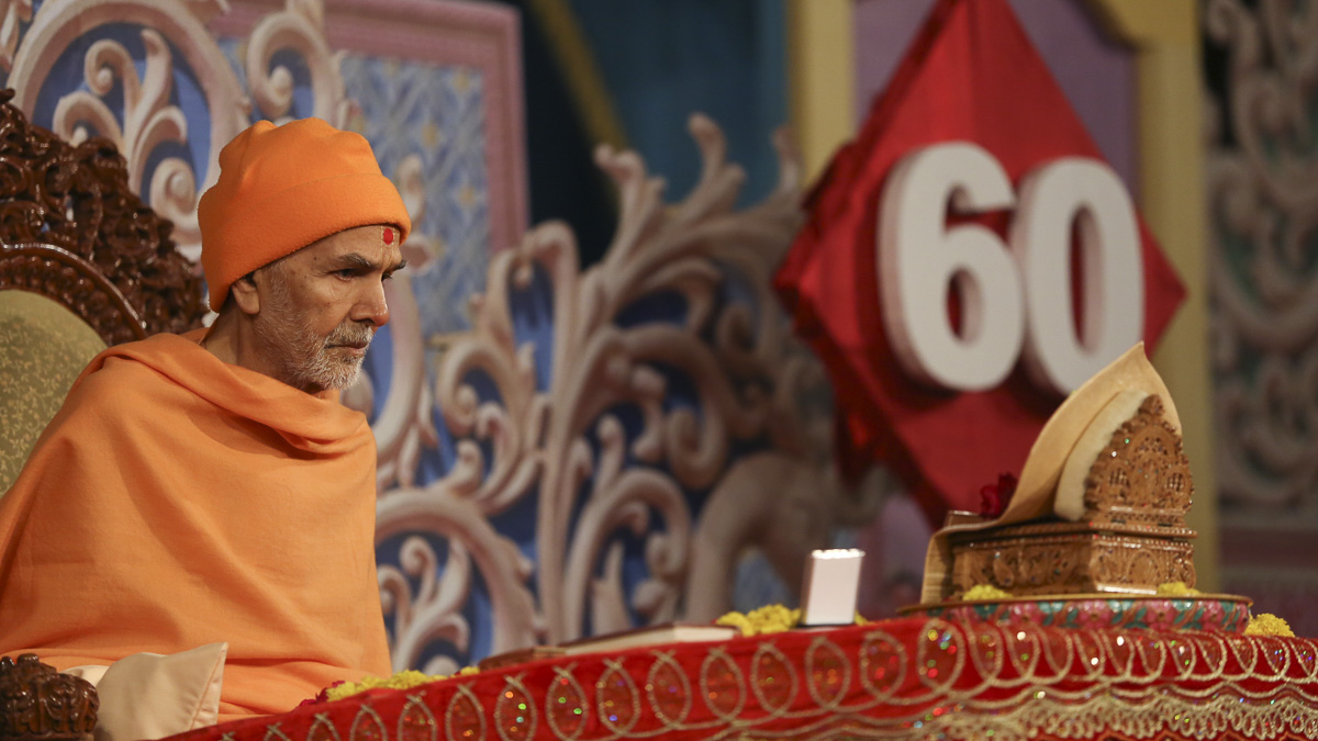 Param Pujya Mahant Swami Maharaj performs his morning puja, 29 Jan 2017