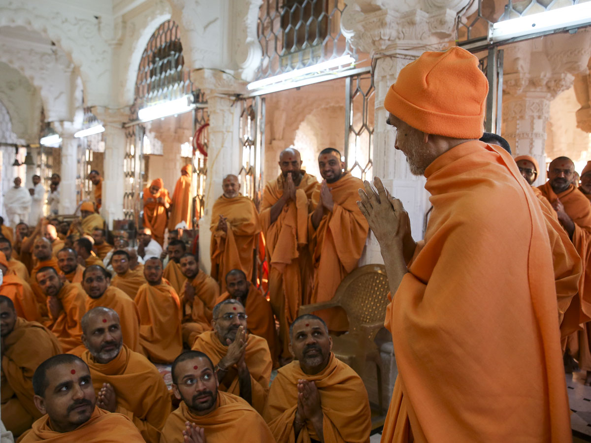 Sadhus doing darshan of Param Pujya Mahant Swami Maharaj, 29 Jan 2017