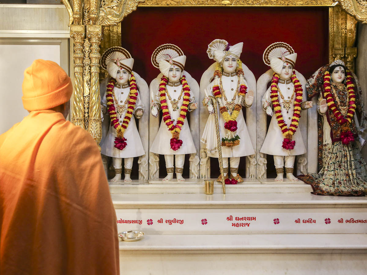 Param Pujya Mahant Swami Maharaj engrossed in darshan of Thakorji, 29 Jan 2017