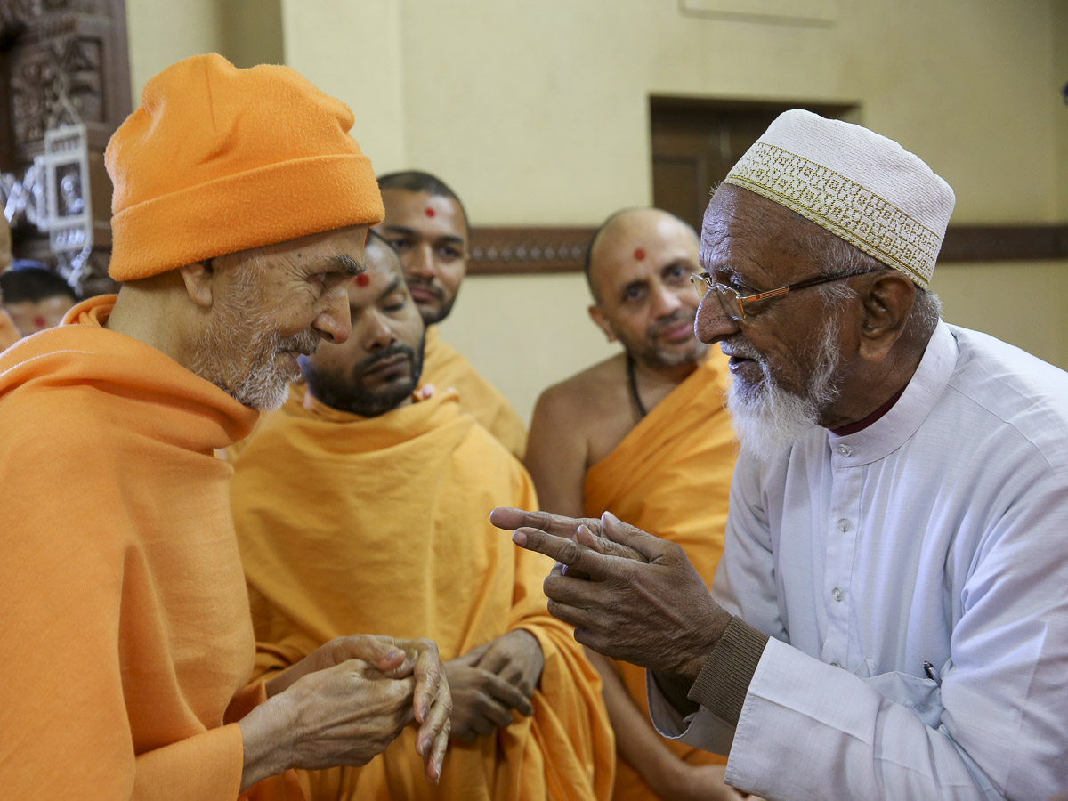 Param Pujya Mahant Swami Maharaj blesses a well-wisher, 29 Jan 2017
