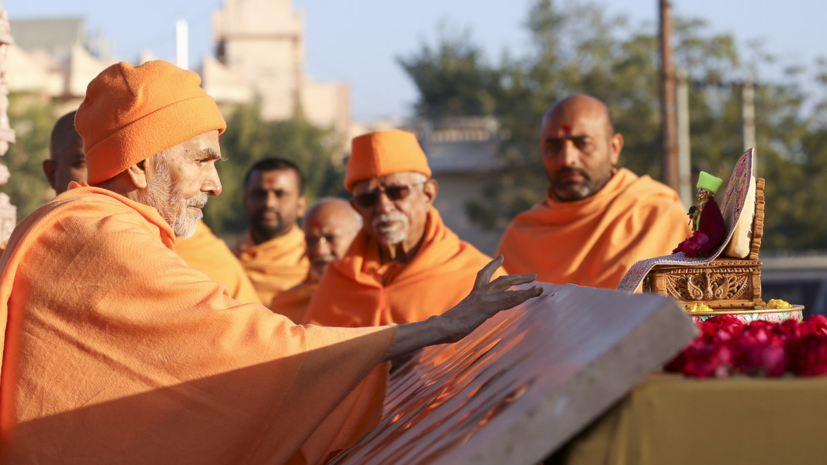 Param Pujya Mahant Swami Maharaj performs pujan of name plate 'Yagnapurush Dwar' for majestic gate of Gadhada Mandir, 29 Jan 2017