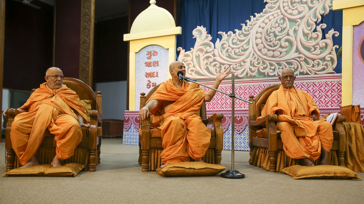 Pujya Viveksagar Swami addresses the satsang assembly, 29 Jan 2017