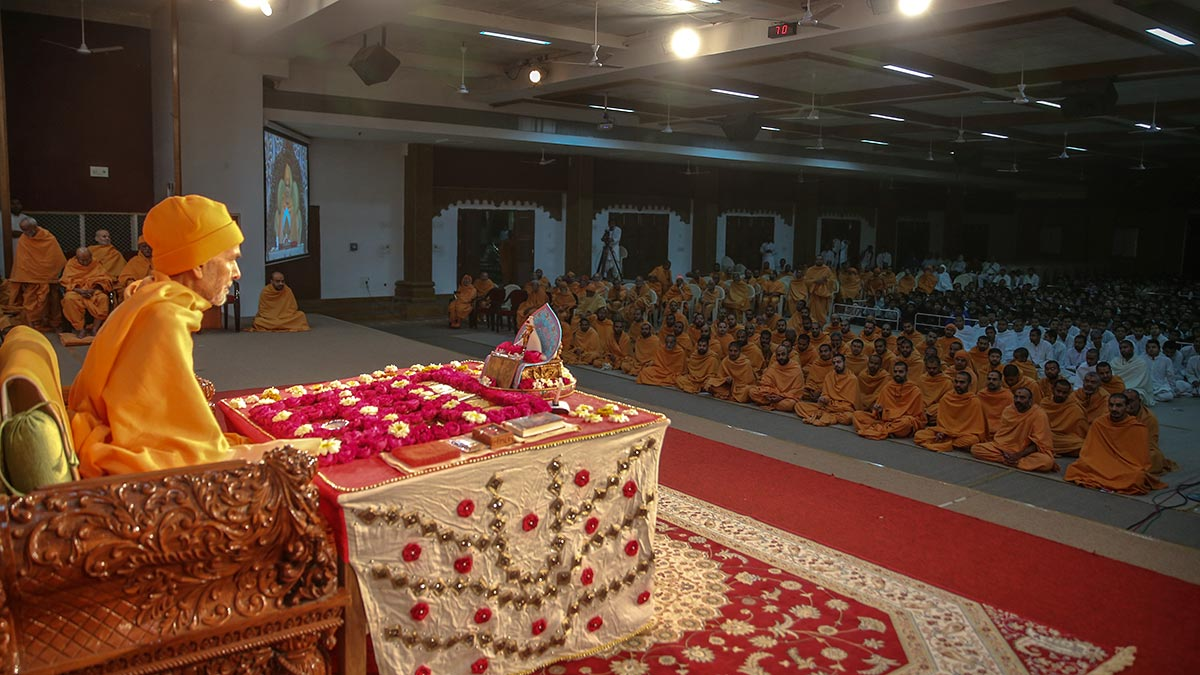 Param Pujya Mahant Swami Maharaj performs his morning puja, 30 Jan 2017