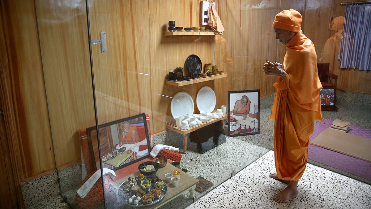 Param Pujya Mahant Swami Maharaj doing darshan in old room of Brahmaswarup Pramukh Swami Maharaj, 30 Jan 2017