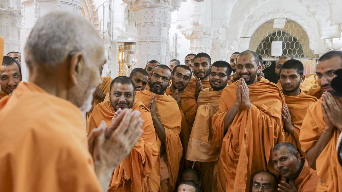 Sadhus doing darshan of Param Pujya Mahant Swami Maharaj, 2 Feb 2017