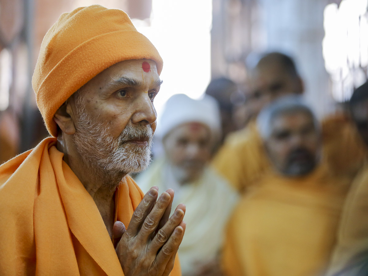 Param Pujya Mahant Swami Maharaj engrossed in darshan of Thakorji, 3 Feb 2017