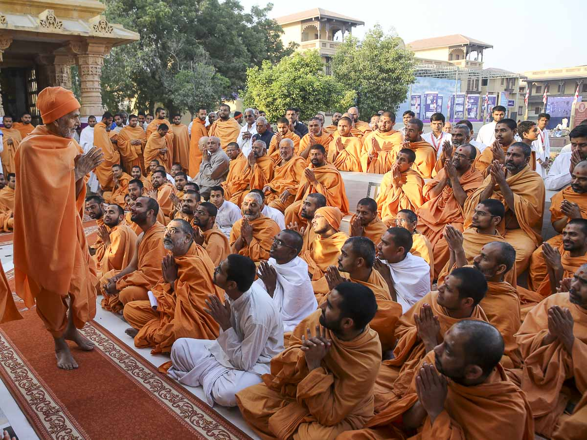 Sadhus doing darshan of Param Pujya Mahant Swami Maharaj, 3 Feb 2017