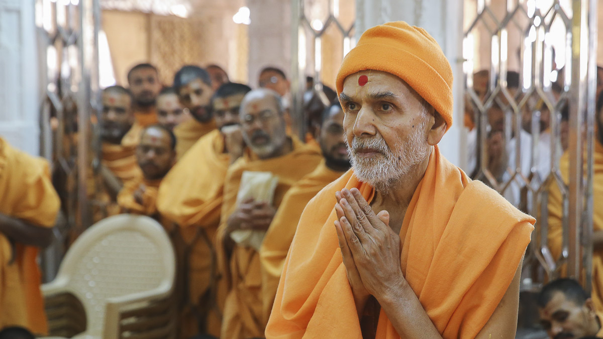 Param Pujya Mahant Swami Maharaj engrossed in darshan of Thakorji, 4 Feb 2017