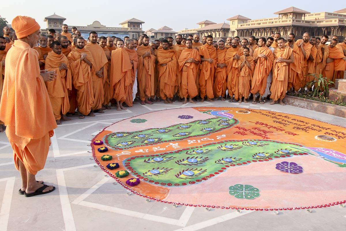 Param Pujya Mahant Swami Maharaj observes a rangoli in the mandir grounds, 4 Feb 2017