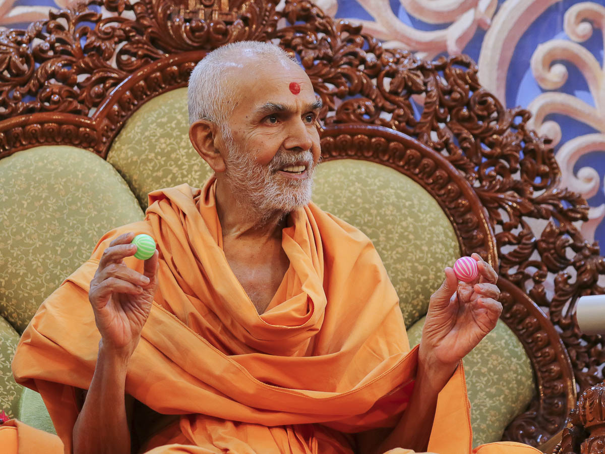Param Pujya Mahant Swami Maharaj interacts with karyakars, 4 Feb 2017