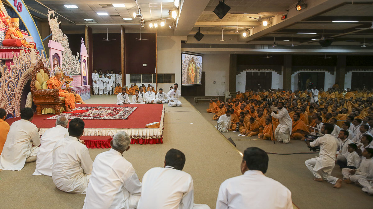 Param Pujya Mahant Swami Maharaj blesses the assembly, 4 Feb 2017