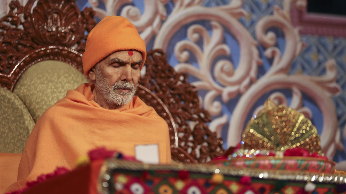 Param Pujya Mahant Swami Maharaj performs his morning puja,7 Feb 2017