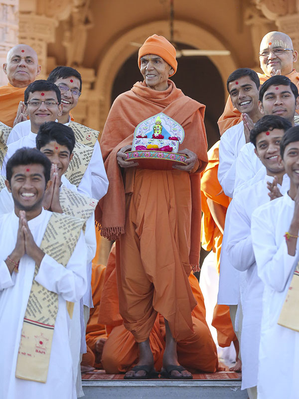 Students of BAPS Swaminarayan Sanskrit Mahavidyalay with Param Pujya Mahant Swami Maharaj, 9 Feb 2017